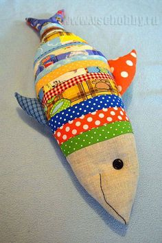 подушка рыбка из лоскутков Sewing Toys, Sewing Crafts, Sewing Projects, Fabric Toys, Fabric Scraps, Fabric Fish, Fish Pillow, Tilda Toy, Fall Sewing