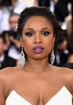A maquiagem de Jennifer Hudson no Met Gala 2016 é super Inspiração para um evento formal: olho esfumado e boca em tons de roxo. O cabelo preso valorizou o brinco.