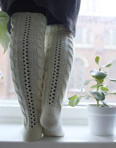 PITKÄT PALMIKKOSUKAT - OHJE Cable Knit Socks, Knitting Socks, Rachel Zoe Dresses, Pixie Cut Styles, Slim And Fit, Black Tie Wedding, Thick Socks, How To Make Salad, Skin Tight