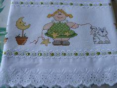Toalha fralda- Fofuxa <br>Toalha Branca Cremer <br>Toalha bordada em ponto de cruz <br>Acabamento bico inglês e passafita.