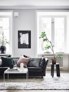I like the vibe of this place a lot. Design classics are mixed with new and modern pieces and with antique items like the wooden piece in the living room. This place has a lot of character and it has