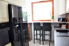 Elegancka kuchnia // Projektowanie wnętrz Warszawa // http://www.jedynetakiewnetrza.pl // white and black kitchen with wooden wall //