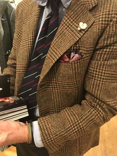 """michaeljondral: """"MJ's outfit of the day is a jacket in Abraham Moon shetland wool by ORAZIO LUCIANO with a shirt, tie and pocket square by DRAKE'S and a trouser in Fox Flannel by ROTA matched with braces by ALBERT THURSTON. Tweed Men, Tweed Suits, Tweed Jacket, Mens Fashion Suits, Mens Suits, Ivy League Style, Look Formal, Gentleman Style, Classic Outfits"""