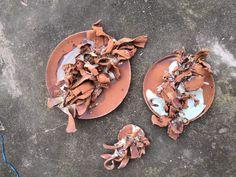 Unsere Künstlerserien sind exklusiv für uns angefertigte hochwertige Porzellanserien und Keramikserien moderner Keramikkünstler. Sie arbeiten an den Orten der historischen Brennöfen, der sogenannten Wiege der Porzellanherstellung. Die Keramikkünstler greifen traditionelle Formen, Farben und Dessins auf und interpretieren sie auf neue, zeitgenössische Art. Stuffed Mushrooms, China, Japan, Food, Design, Accessories, Rusty Metal, Traditional, Stuff Mushrooms