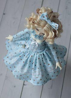 robe cousu par mes soins pour msd minifee FL Mirven.  Le kit comprend : -robe -sous la jupe (woal) -l'ornement sur le cou, -manches -short -noeud.   sadapte à la poupée de Minifée (A - ligne corps, grand brest) ou similaire  POUPÉE, chaussures, bijoux et perruque ne sont pas à vendre   POUR LA VENTE SUR CE EST SEULEMENT ROBE BLEUE