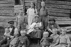 Metsakansa - Ivar Ekström valokuvasi sata vuotta sitten Itä-Suomen ihmisten arkea pettämättömän ilmeikkäästi.