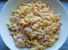 Sałatka z szynką, ananasem, kukurydzą i selerem konserwowym.