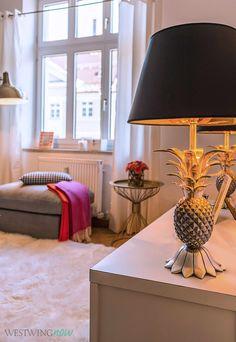 Aufgrund der goldenen Innenbeschichtung des Lampenschirms wirft die silberfarbene Ananas-Leuchte ein wunderschönes goldiges Licht. Der außergewöhnliche Lampenfuß ist aus Messing gefertigt und bildet eine detailgetreue Ananas ab. Exotischer Chic für Deine Wohnung.