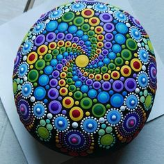 mandala painting on stone templates - Yahoo Image Search Results Stone Art Painting, Dot Art Painting, Pebble Painting, Pebble Art, Painting Tools, Mandela Rock Painting, Mandala Painted Rocks, Painted Rocks Kids, Mandala Rocks