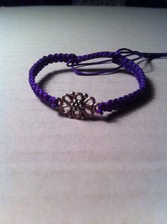 Je me fais un grand plaisir de vous présenter ma dernière création. Il s'agit d'un bracelet tissé en nylon mauve comportant en son centre une fleur en métal argenté . Ce bracelet mauve fait-main avec une fleur@Cartier est réglable de quinze à vingt et...