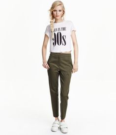 Slacks in stretch cotton with a regular waist, side pockets, and slim, ankle-length legs.