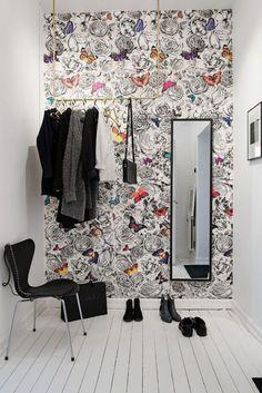 papier peint de couloir fleurs et papillons, déco murale joviale Osborne & Little