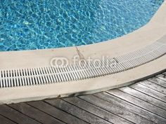 Beckenrand eines Swimmingpools mit Abfluss und Holzdielen in einem Hotel in Bodrum am Ägäischen Meer in der Provinz Mugla in der Türkei