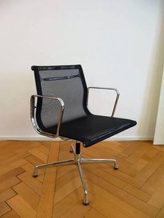 108, Original Von Vitra, Design Charles Eames 1958. Mit Armlehnen, Drehbar,  Gestell Verchromt, Bezug Netzgewebe Schwarz.