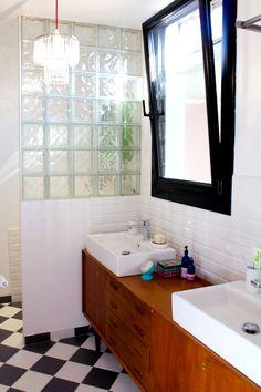 Salles de bains Laetitia,une enfilade chinée pour quasi rien chez Emmaus sert de meuble pour les lavabos. Au sol, un simple damier de carreaux noirs et blancs était une solution économique et stylée.