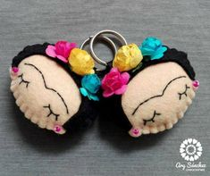 We made exclusive keychains allusive to Frida Kahlo, there are no longer excuses to lose the car keys and the house, with these colorful and nothing boring key chains. Do not miss yours!! Materiasl: Felt. Measurements: 9 x 8 cm. Made 100% by hand. Thank you for your visit!! All rights reserved © Ary Sanchez Creaciones