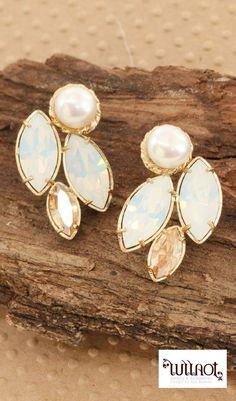 Romantic wedding earrings, both elegant and chic.