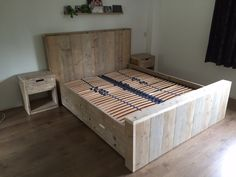 Tweepersoonsbed met 4 lades en 2 nachtkastjes gemaakt van steigerhout.
