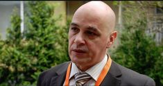"""Ştefan Florian (54 de ani) este un apreciat neurochirurg român, preşedinte al Senatului Universităţii de Medicină şi Farmacie (UMF) """"Iuliu Haţieganu"""" din Cluj-Napoca. Spicuim dintr-un amplu interviu pentru Adevărul. De notat multe. Între altele, pentru a avea un creier sănătos trebuie să-l ții permanent activ. E ca un mușchi care, neantrenat, se atrofiază. Citește zilnic, dar nu fleacuri, învață-l limbi străine, nu-i da pace fiindcă el are o infinitate de șanse de a lucra. E infinit ca… Alter, Mens Sunglasses, Mai, Style, Swag, Men's Sunglasses, Outfits"""
