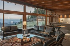 As a contemporary house, Hood River Residence is dominated with wood materials. For its ceilings, a lot of big beams are used to expose the ceilings more clearly. The frame of the glass wall is also m Interior And Exterior, Interior Design, Heath Ceramics, Shed Roof, H & M Home, River House, Story House, Mid Century House, Wood Kitchen Cabinets