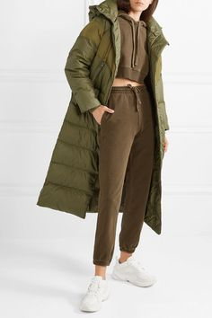 NIKE Hooded quilted shell down coat Nylons, Quoi Porter, Baskets Nike, Green Coat, Down Coat, Who What Wear, Stay Warm, Girl Fashion, Dope Fashion