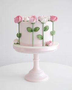 Semplice e delicata von Zoë Clark Kuchen Kuchen dekorieren Tipps und Tricks -. Cake Decorating Tips And Tricks, Cake Decorating Roses, Cake Decorating Designs, Birthday Cake Decorating, Cake Decorating Techniques, Cake Designs, Cake Birthday, Mother Birthday Cake, Decorating Ideas