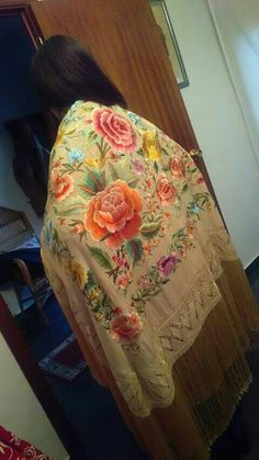 Lo describo,¡PRECIOSO!🎸🍷 Exotic Beauties, Silk Shawl, Shawls And Wraps, Embroidery Patterns, Diy And Crafts, Fun Things, Collars, Wedding Ideas, Stitch