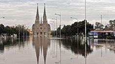 INUNDACIONES. Basílica de Nuestra Señora de Lujan en Luján, provincia de Buenos Aires, Argentina el 11 de agosto de 2015. 1.300 personas permanecen evacuadas en la pampa húmeda de Argentina después de varios días de lluvias. (AFP PHOTO / TELAM - Leonardo Zavattaro)