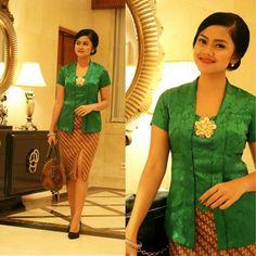 kebaya kutu baru hijau Kebaya Lace, Kebaya Brokat, Batik Kebaya, Kebaya Dress, Batik Dress, Kebaya Kutu Baru Modern, Kebaya Simple, Model Kebaya Modern, Dress Brukat