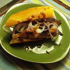 Sándwich de costillitas JD honey con chipotle, salsa mexicana, crema de queso con apio, queso azul y cebolla.