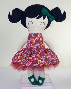Boneca de Pano com Chiquinhas Brinca e Sonha.    Produzida artesanalmente.    Cores do cabelo e tecidos das roupas podem ser personalizados.    Modelagem padrão norte americano.    Aproximadamente 48 cm de altura.    Detalhes do rostinho bordados à mão.    Tecidos que compõem a boneca: algodão, feltro e tule.    Enchimento em fibra antialérgica.    pattern Dolls And Day Dreams. R$ 65,00