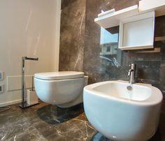 Sanitari Boffi. Pavimento e rivestimento in marmo Grigio Imperiale.  www.stanzedautore.it