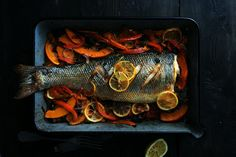 Serveer op een feestelijke gelegenheid ook eens een hele vis in plaats van een groot stuk vlees! Zoals deze hele zeebaars bijvoorbeeld.