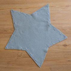 Schon sooo lange wollte ich meinem kleinen Sternenliebhaber ein kuscheliges Sternenkissen nähen. Hier ist es endlich! Mit Schnittmuster- und Nähanleitung.