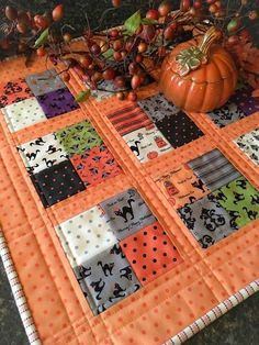 Sewing Quilts Spooky Delight mini quilt by Carried Away Quilting. - Carried Away Quilting sews a Coffee Time Quilt in Spooky Delight Halloween fabric (Moda) from Lou Lou's Fabric Shop. Halloween Quilts, Halloween Quilt Patterns, Halloween Sewing Projects, Holiday Quilt Patterns, Halloween Placemats, Halloween Fabric Crafts, Halloween Applique, Colchas Quilt, Quilt Blocks
