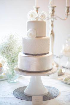 Hochzeitstorte in Silber und Weiß von Süss und Salzig  Ideen für Hochzeitstorten 2015 | Friedatheres.com