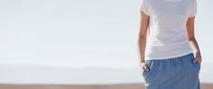 Röcke von OPUS Fashion, Frau mit blauem Jeansrock und weißem Pullover