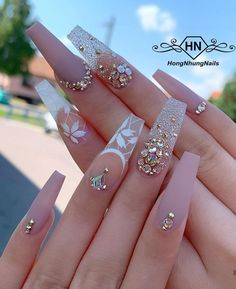 In search for some nail designs and ideas for your nails? Here's our set of must-try coffin acrylic nails for trendy women. Glam Nails, Bling Nails, Cute Nails, Pretty Nails, Beauty Nails, Smart Nails, Classy Nails, Rhinestone Nails, Diy Nails