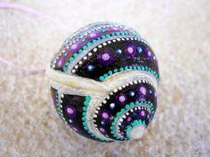 Shell necklace 21 no shippingcosts. Original by Jabashop on Etsy Seashell Painting, Seashell Art, Seashell Crafts, Stone Painting, Painted Sand Dollars, Painted Rocks, Hand Painted, Snail Shell, Painted Shells