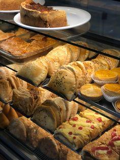 Vitrine Slim térmica/ aquecida, para exposição de salgados . Bakery Store, Bakery Display, Bakery Shop Design, Coffee Shop Design, Bread Shop, Good Bakery, Deli Food, Food Lab, Meals