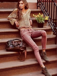 Colored jeans+loose sweater look fashion, fashion beauty, winter fashion, womens fashion Hippie Stil, Estilo Hippie, Boho Hippie, Bohemian Outfit, Grunge Hippie, Grunge Style, Bohemian Jewelry, Look Fashion, Winter Fashion