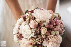 Ramo de la novia en tonos empolvados ¡Precioso! {Foto, The Love Studio} #bridalbouquet #madeinspain