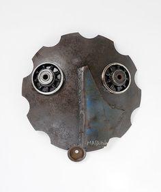 O Homen do novo planeta, 2011 - 56 x 55 x 11 cm - Fer, armes de la guerre civile (Mozambique) recyclée