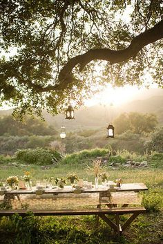 Dining al fresco - inspiration, images of outdoor dining Outdoor Dining, Outdoor Spaces, Outdoor Seating, Outdoor Decor, Rustic Outdoor, Rustic Table, Outdoor Landscaping, Landscaping Ideas, Al Fresco Dining