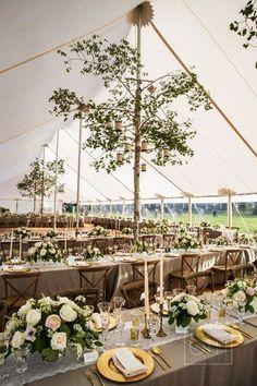 Carpa tipo circo o cónica decorada con árboles para cubrir los postes.