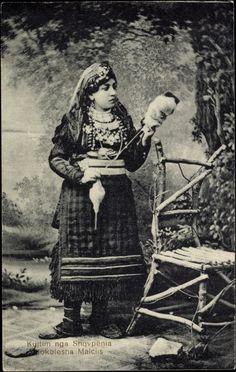 Postcard Shqypenia Albanien, Kujtim, Sokolesha Malciis, Frau in Tracht, Spindel