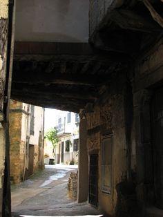 Diversas casas de Torre de Don Miguel y otros pueblos serragatinos, poseen habitaciones voladas sobre las calles.