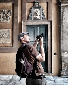 The Photographer #thephotographer #photographers #tourist #people #peoplescreatives #levitedeglialtri #otherpeopleslives #ig_people #instapeople #peoplephotography #peopleinframe #city  #streetsoftheworld #rsa_streetview #streetlife #igworldclub_street #milanodaclick #milanoinsight #love_milano #milanoufficiale #milanodavedere #milano #milan #ig_milan #igworldclub #igersmilano #1415mobilephotographers #1415mp by epeverata