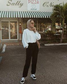 New style elegant chic sweaters ideas Modern Hijab Fashion, Street Hijab Fashion, Hijab Fashion Inspiration, Muslim Fashion, Fashion Outfits, Modest Fashion, Hijab Style, Casual Hijab Outfit, Hijab Chic