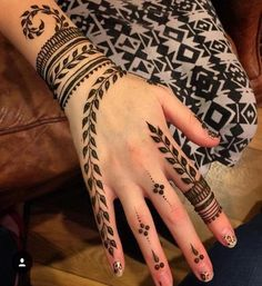 Explore latest Mehndi Designs images in 2019 on Happy Shappy. Mehendi design is also known as the heena design or henna patterns worldwide. We are here with the best mehndi designs images from worldwide. Henna Tattoo Hand, Henna Tattoo Designs, Hand Mehndi, Mehandi Designs, Simbolos Tattoo, Mehndi Designs Finger, Simple Henna Tattoo, Mehndi Designs For Beginners, Modern Mehndi Designs